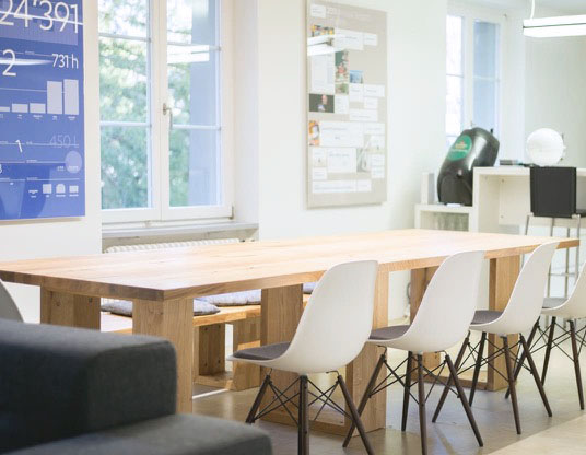 Der Esstisch kann auch für Meetings benutzt werden.
